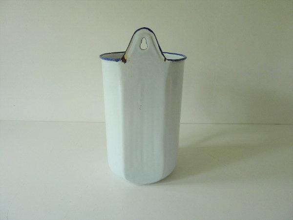 Broc émaillé blanc liseré bleu