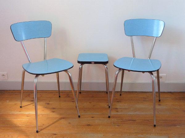 Chaises et tabouret formica bleu