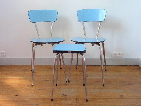 Chaises et tabouret formica bleu rétro