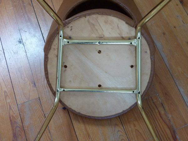 chaise tonneau cuir synthétique marron dessous
