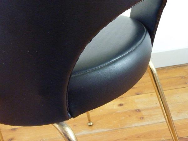 chaise tonneau cuir synthétique noir détail