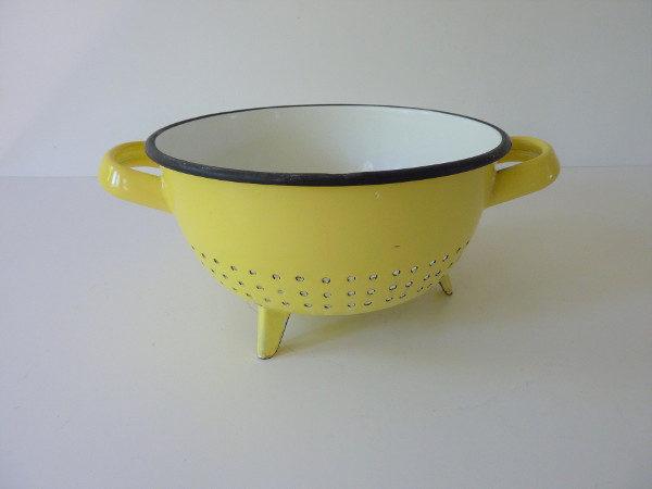 passoire émaillée jaune ancienne