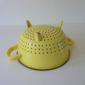 passoire émaillée jaune vintage