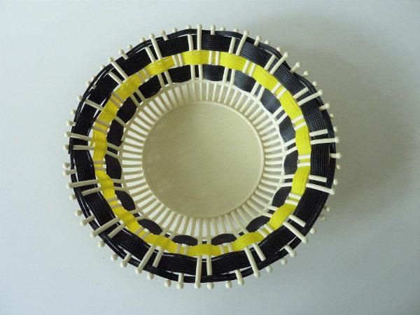 corbeille plastique noire et jaune vintage