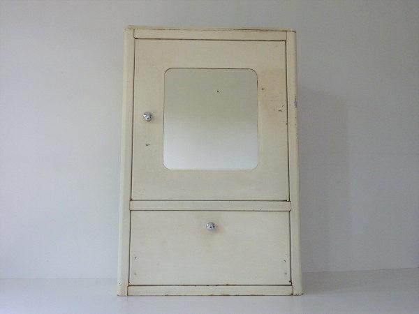 armoire à pharmacie metallique vintage