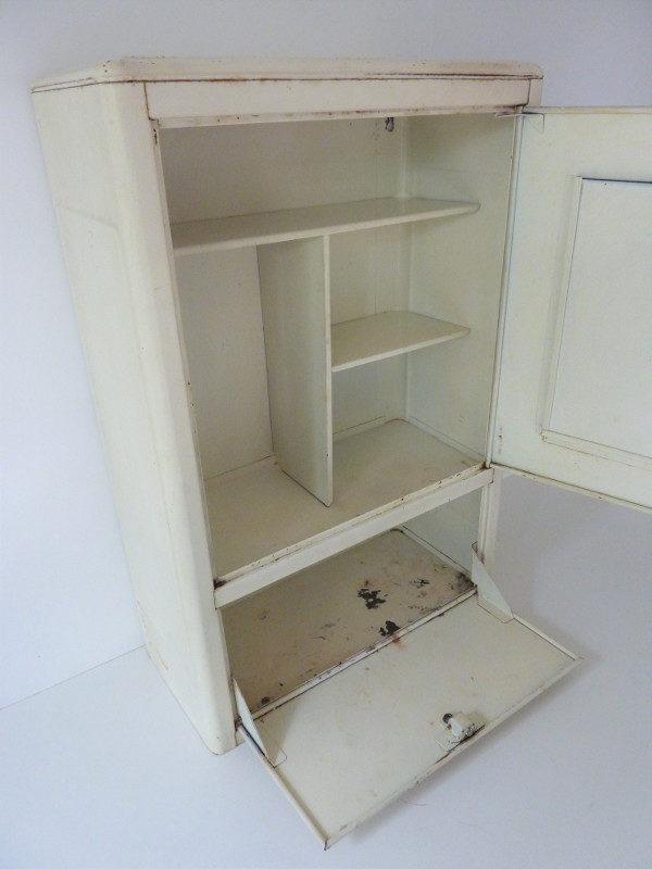 armoire à pharmacie metallique vintage interieur