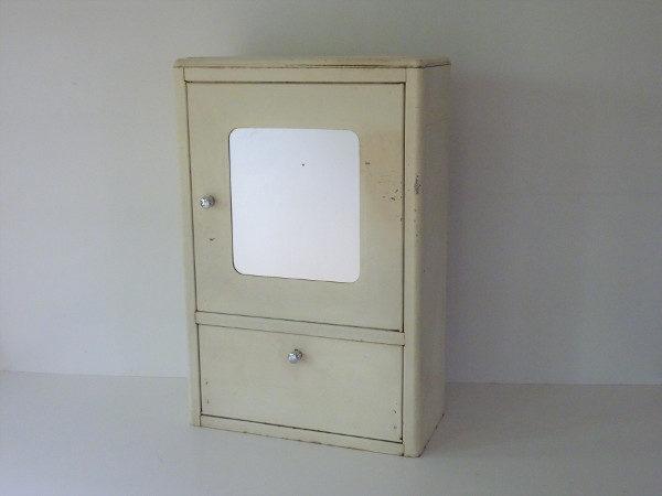 armoire à pharmacie en metal vintage