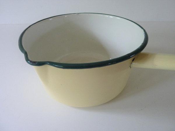 casserole émaillée beige liseré vert