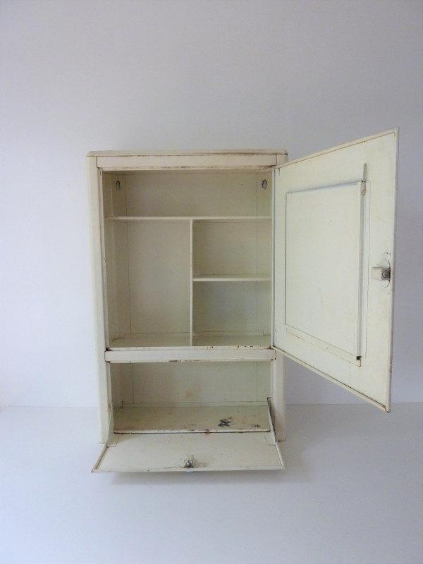 interieur armoire à pharmacie metallique vintage
