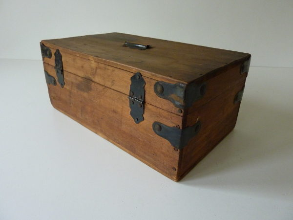 Petit coffre en bois ancien