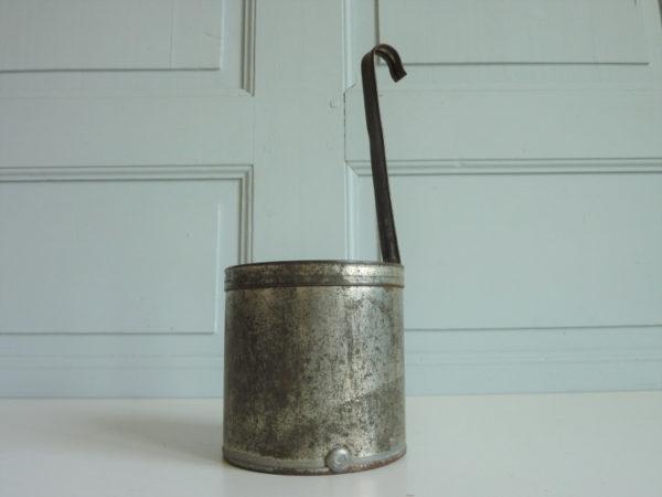 Mesureur à liquide en fer blanc ancien