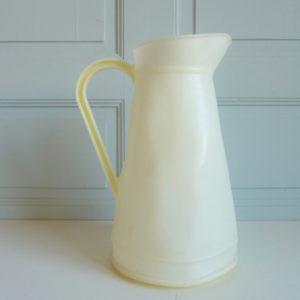 broc plastique blanc vintage