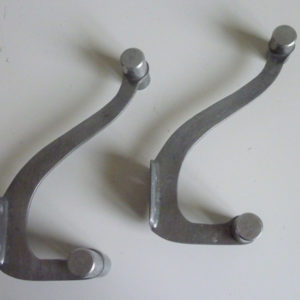 Paire de patères aluminium anciennes