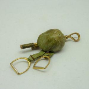 Broche de cavalière équitation ancienne cuir et métal doré