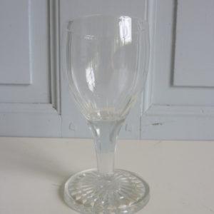 Verres anciens à liqueur à pied en verre ciselé
