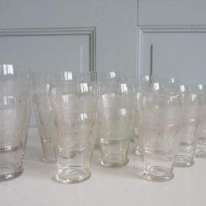 verres anciens à décor gravé de frises d'arabesques et de spirales