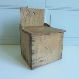Boite à sel ancienne en bois