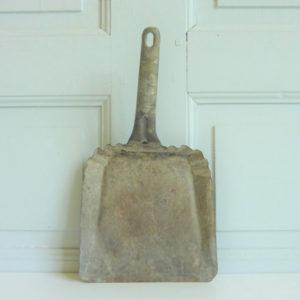 Pelle ancienne ménagère en fer blanc